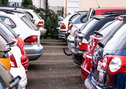 20台ほど車が並ぶ