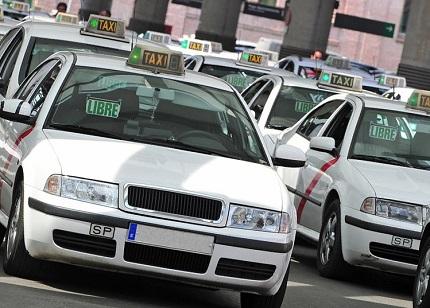 たくさんの白いタクシー
