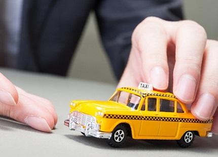 黄色いミニカーのタクシー