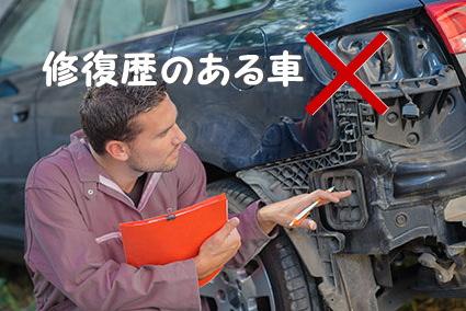 壊れた車を確認する整備士