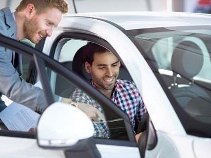 運転席に座る男性と説明をする男性