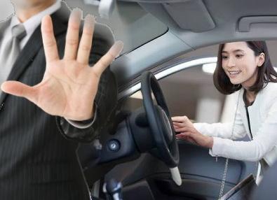 車に乗ろうとする女性とストップをかける手
