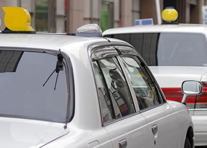 2台並ぶ白いタクシー