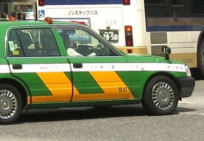 バスの後ろを走行するタクシー