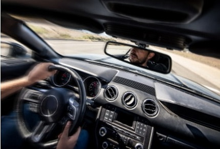 スピードの出ている車