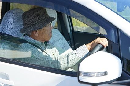 高齢者男性の車の運転