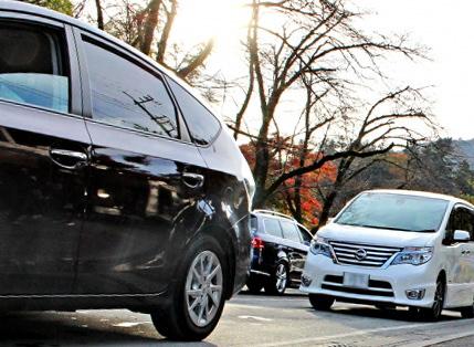 黒い車の後ろを走る白い車