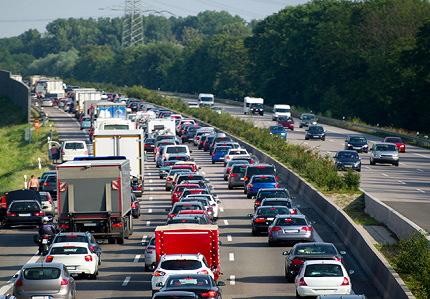 カーブのある高速道路で渋滞する車