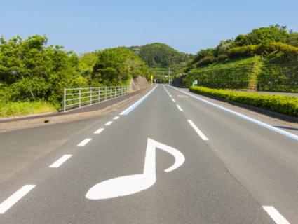音符表示のある道路と山