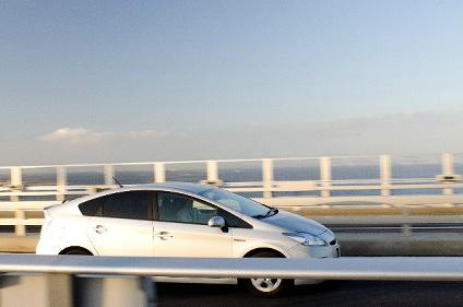 走行中の白い車