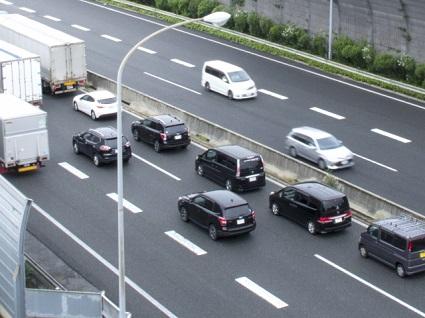 高速道路を走る複数のクルマ