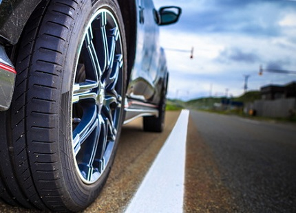 走行中のタイヤと白線