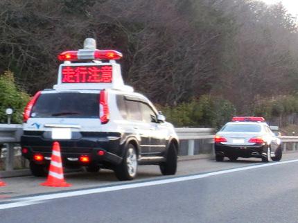 高速道路で並ぶ2台のパトカー