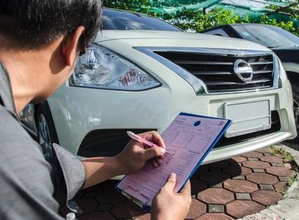 車の査定をする男性