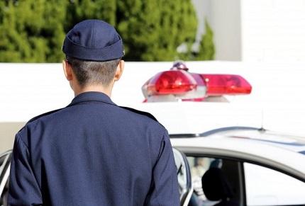 パトカーと後姿の警察官