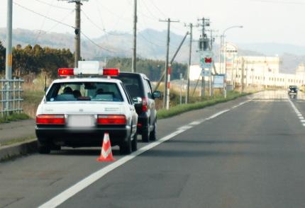 パトカーと取り調べを受ける車