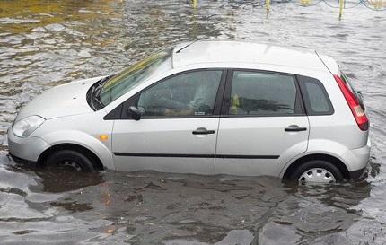 冠水した場所に止まるシルバーの車