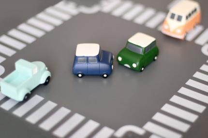 交差点でぶつかりそうになる車の模型
