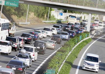 渋滞中の高速道路