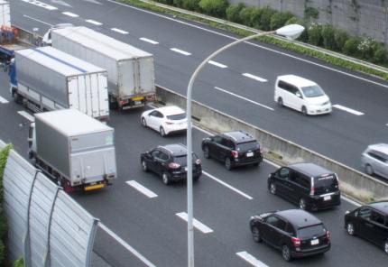 渋滞にはまる大型トラックと乗用車