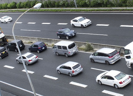 車の渋滞する高速道路