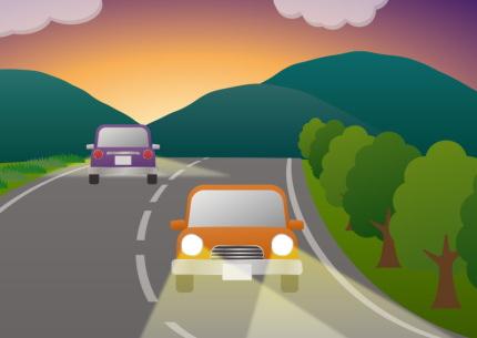 田舎道を走る車