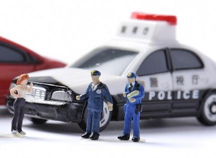 2人の警察官と女性の人形