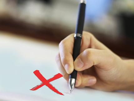 サインする手とバツ印