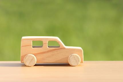 木でできたおもちゃの車
