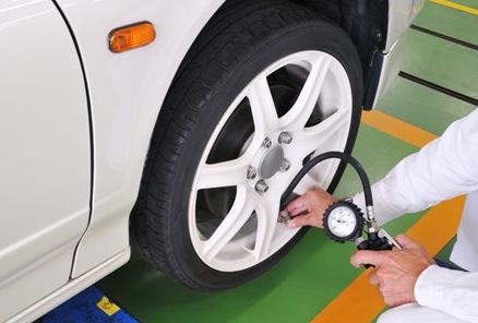 タイヤの空気圧を確認する