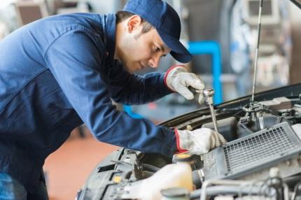 自動車を整備する男性
