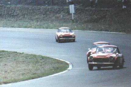 レース中のフェアレディ2000