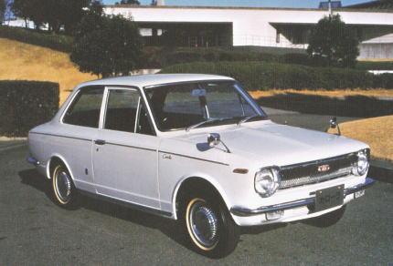 白いトヨタカローラ1100