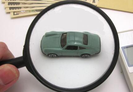 虫眼鏡でグリーンの車をみる