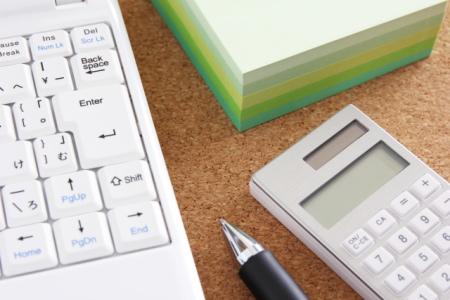 電卓とパソコンのキーボード
